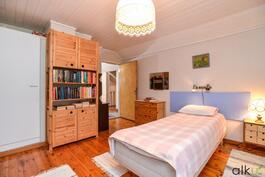 Makuuhuone on valoisa ja avara jota voi sisustaa monella tavalla.