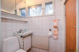 Alakerran wc:ssä oven takana säilytystilaa