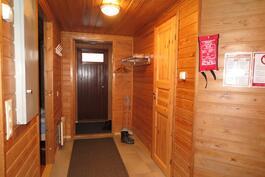 Eteinen, vasemmalla mh, oikealla ph/wc/sauna