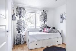 Pienempi makuuhuone, jossa myös vaatehuone.