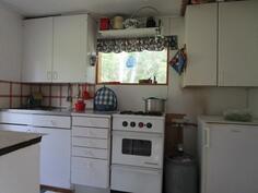 Keittiön kaasuliesi ja kaasujääkaappi