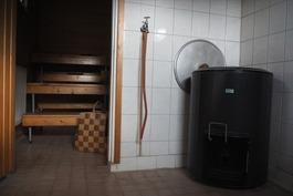 näkymä kylpyhuoneesta saunaan