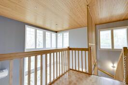 yläkerran aulaan tulee valoa korkeista ikkunoista