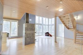 tilava olohuoneen ja keittiön yhdistelmä suurin ikkunoin