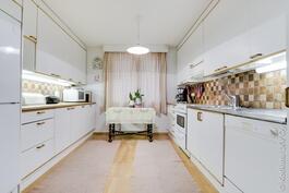 ison puolen keittiö