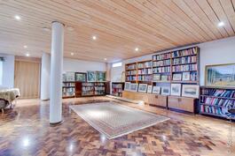 alakerran takkahuone / kuntoiluhuone / kirjastohuone