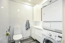 Wc:ssä tilaa myös pyykkihuollolle