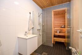Upeassa kylpyhuoneessa kuituvalot tunnelmavalaistukseen!