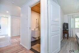 Kylpyhuone on päämakuuhuoneen vieressä