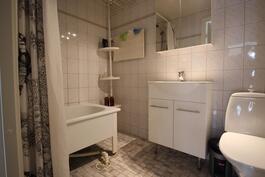 Vaalean sävyinen kylpyhuone
