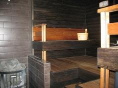 Tunnelmallisessa saunassa puulämmitteinen kiuas.