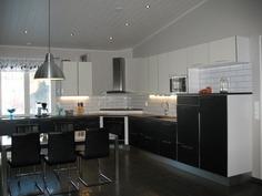 Korotettu sisäkatto avartaa keittiöä ja olohuonett