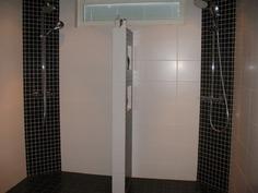 Kauniisti toteutettu suihkuseinä jakaa suihkutilan