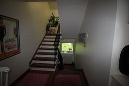 portaikko olohuoeesta ullakkokerrokseen