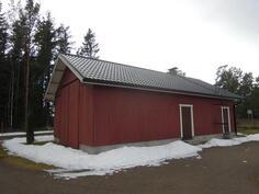 iso piharakennus, toiminut venesuulina ja toisessa päässä sauna ja takkahuone