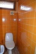 alkuperäinen  erillinen wc alakerrassa