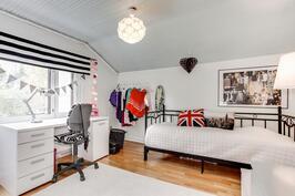 Yläkerrassa kaksi tilavaa makuuhuonetta