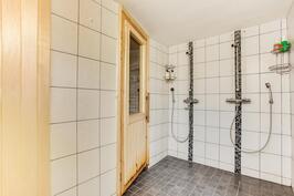 Kellarikerroksen kylpyhuoneessa kaksi suihkua