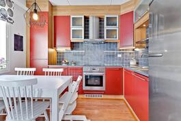 Pirteä ja kodikas keittiö/ Fräsch och hemtrevligt kök.