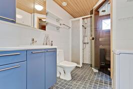 Tilava saunaosasto yläkerrassa/ Rymlig bastuavdelning i övre våningen.