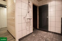 Pesuhuonetta ja saunan ovi