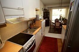 keittiö jossa paljon työtilaa sekä kaapistoja