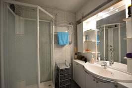 Kylpyhuoneessa on myös wc-istuin