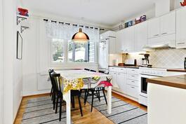 Kaikki keittiön koneetkin uusittu 2009-2010/ Alla köksmaskiner förnyade 2009-2010.
