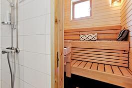 Sauna ja pesuhuone täysin uusittu 2013/ Bastu o. tvättrummet fullständigt förnyade 2013.
