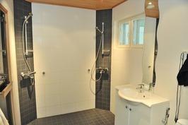 pesuhuoneessa 2 suihkua ja wc