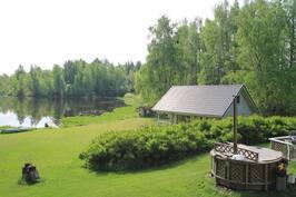 Näkymää terassilta saunamökille ja järvelle