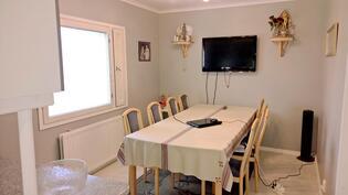 Ruokailuhuone keittiöstä kuvattuna