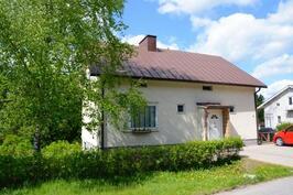 Talo kadulta kuvattuna
