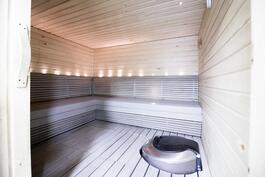 Taloyhtiön sauna alakerrassa