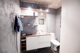 WC kodinhoitohuoneen ja kylpyhuoneen yhteydessä