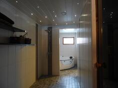 Kylpyhuone saunan yhteydessä