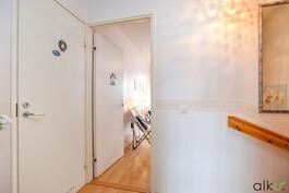Yläkerran tasanteelta on kulku myös toiseen makuuhuoneeseen ja kylpyhuoneeseen.