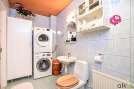 Yläkerran kylpyhuoneessa on tilaa myös pyykkihuollolle.