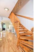 Kaunis portaikko johdattaa yläkertaan.