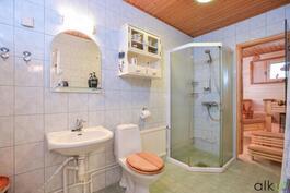 Kodin kaunis värimaailma jatkuu tilavassa kylpyhuoneessa.