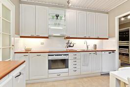 Valkoinen, kodikas keittiö, jossa kaikki koneet uusittu.