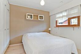 Koko seinän mitalta vaatekaappeja/ Klädskåp längs hela väggen.