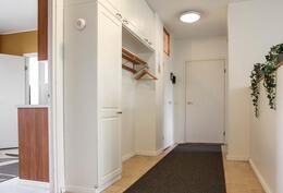 Eteisen kaapistoja. Kulku keittiöön. Ulko-oven vierestä vasemmalla WC ja oikealla kolmas makuuhuone.