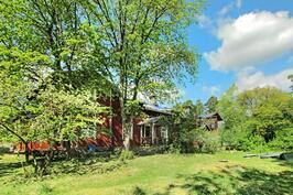 Kesävehreyttä Fiskarsissa - Grönskande gård i Fiskars