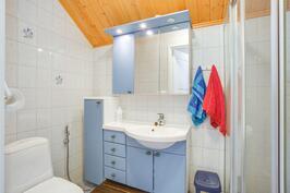 Yläkerrassa myös wc ja suihku