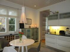 Talossa kaunis Mavi-kalusteen keittiö ja lattioissa runsaasti myös laatoitusta!