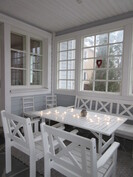 Talon terasseilla luonnonkivipintaa ja upean katetun verannan lasitus pidentää vuotuista käyttöaikaa!