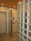 Talon tyylikkäästä lasiseinällisestä saunaosastosta led-valaistuksin ja tuplasuihkuin on ...