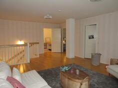 Lisäkuvaa yläkerran arkiolohuoneesta ja II-kerroksessa on myös lattialämmitys!