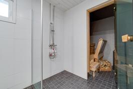 Uudenkarhea kylpyhuone/kodinhoitotila ja sauna